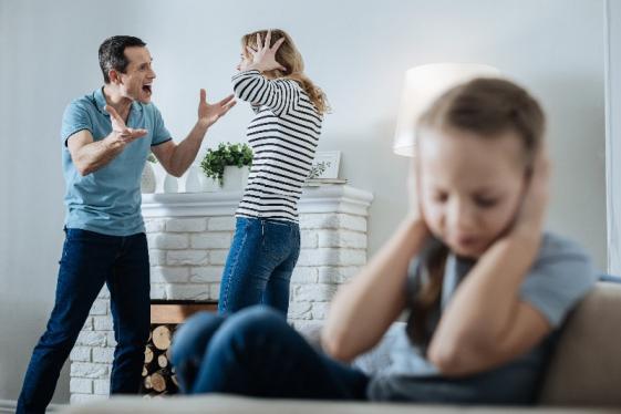Dispute couple devant enfant